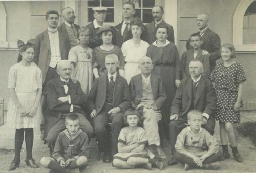 Fotografie Spolku loutkářů v Lounech v roce 1924. Zleva první sedící muž je tehdejší principál Jan Tregler.