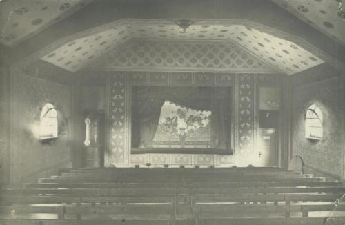 Pohled do sálu s původní malovanou oponou od mistra Josefa Jakubky